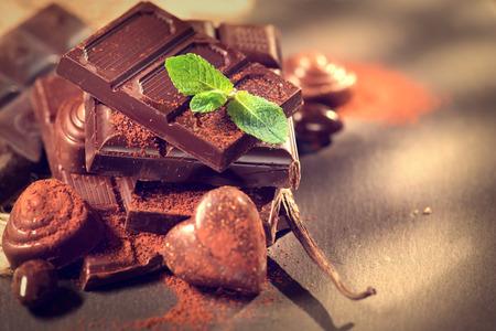 高級チョコレート ホワイト、ダーク、ミルク チョコレートの詰め合わせ 写真素材