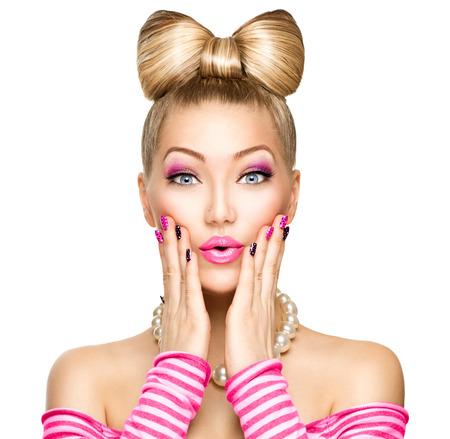 modelo: Muchacha de la belleza del modelo de manera sorprendido con el peinado divertido arco Foto de archivo