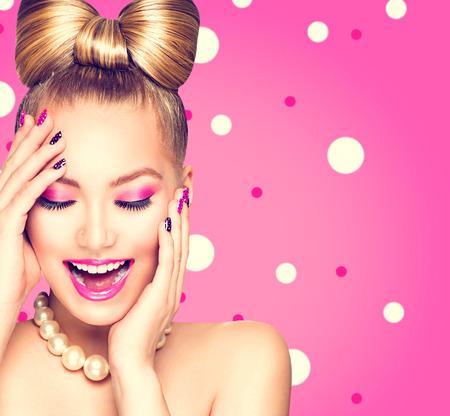 時尚: 美女模特的女孩髮型弓在波爾卡圓點的背景
