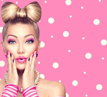 Bellezza ragazza modello con fiocco acconciatura su pois sfondo Archivio Fotografico