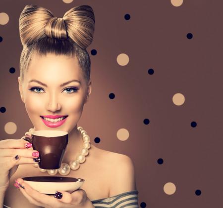 moda: Manera de la belleza modelo de la muchacha de tomar café o té Foto de archivo
