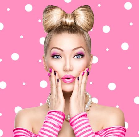 Vorbildliches Mädchen der Schönheit mit Bogen Frisur über Polkapunkthintergrund Standard-Bild