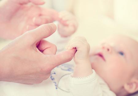 nato: Happy madre e il suo bambino appena nato
