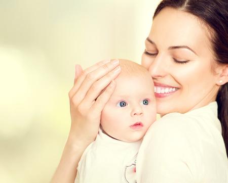 乳幼児: 幸せな母および彼女の新生の赤ん坊。マタニティ コンセプト