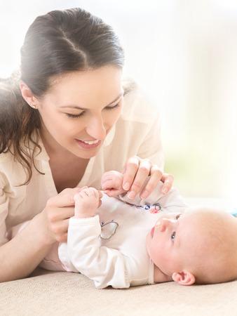 Boldog anya és újszülött. Anyaság koncepció Stock fotó
