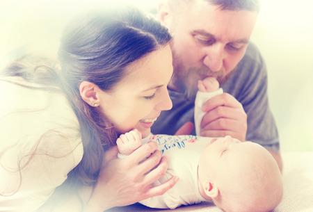 행복 한 가족 - 엄마, 아빠와 그들의 신생아