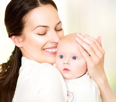Feliz mãe e seu bebê recém-nascido. Conceito de maternidade