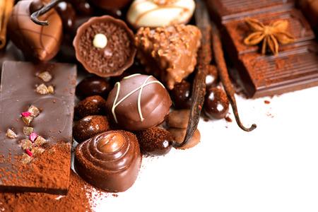 cafe bombon: Frontera del chocolate sobre blanco. Variedad de dulces praline