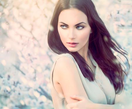 femme brune sexy: Spring fashion girl portrait en plein air dans les arbres en fleurs