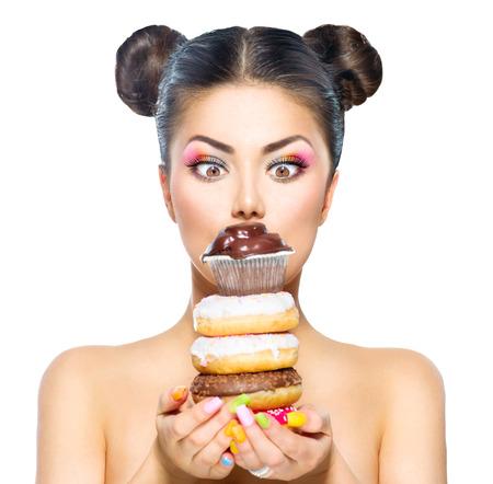 Model van de schoonheid meisje met stapel van kleurrijke donuts en muffin