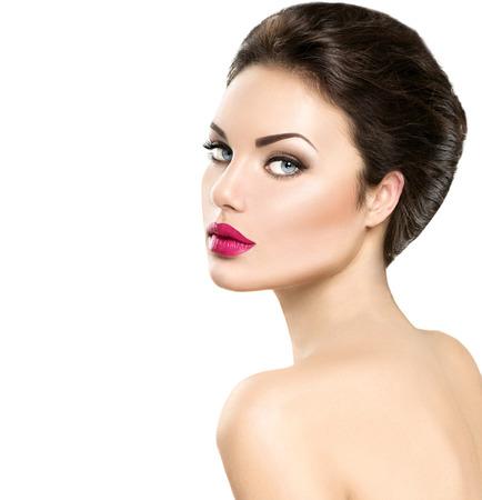 lapiz labial: Retrato de la mujer de la belleza aislado en el fondo blanco