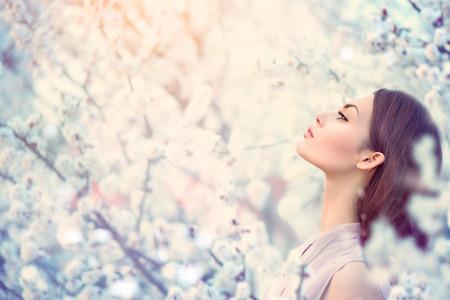 moda: Dziewczyna wiosna moda na zewnątrz portret w kwitnących drzew