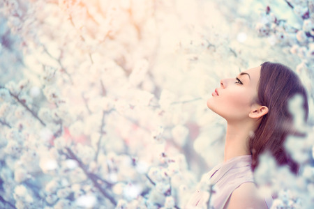 woman fashion: Spring fashion girl outdoor portrait in blooming trees