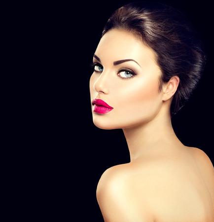 modelo desnuda: Cara de la mujer de la belleza aislado en el fondo negro Foto de archivo