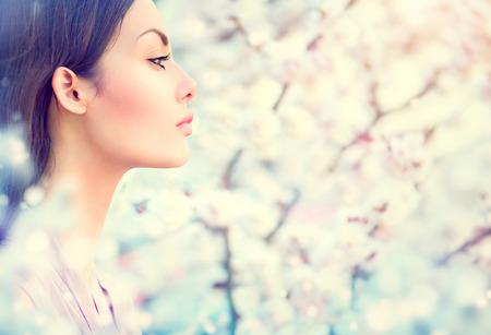 брюнетка: Весенняя мода девушка на открытом воздухе портрет в цветущих деревьев