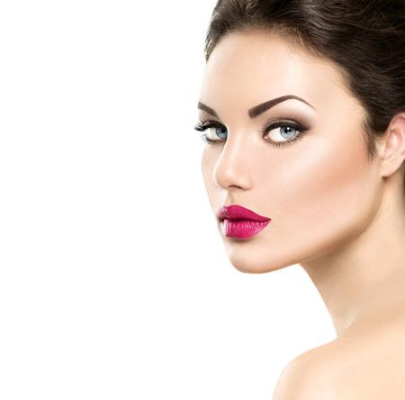 labios sexy: Retrato de la mujer de la belleza aislado en el fondo blanco