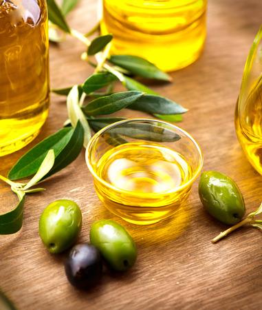 Aceitunas y aceite de oliva. Botella de aceite de oliva virgen