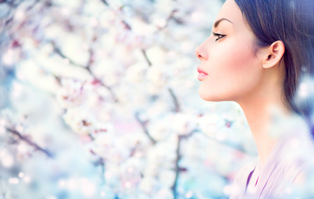 the caucasian beauty: Spring fashion girl outdoor portrait in blooming trees