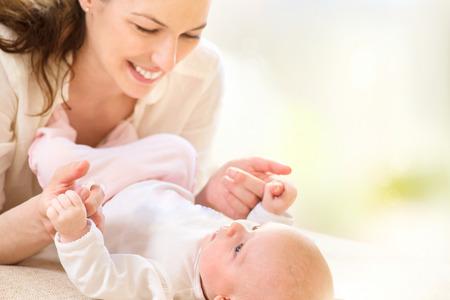 mama e hijo: Madre y su beb� reci�n nacido. Concepto de maternidad