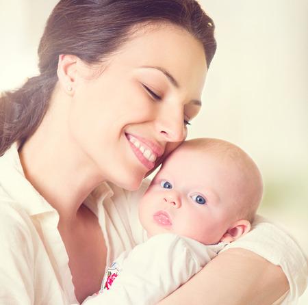 Mor och hennes nyfödda barn. Moderskap koncept