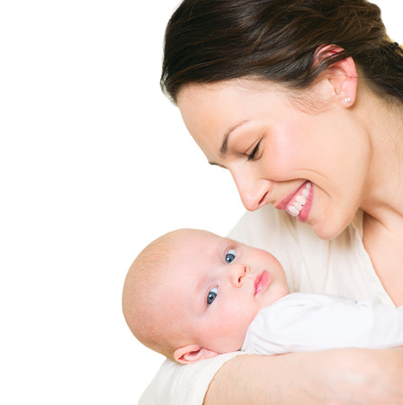 bebes lindos: Madre y su beb� reci�n nacido aislado en blanco