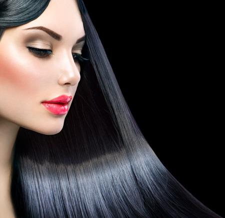 건강한 긴 직선 빛나는 머리를 가진 아름다운 모델 소녀