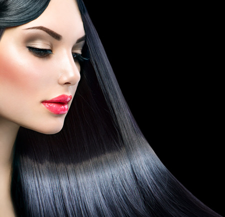 Mooi model meisje met een gezonde lange rechte glanzend haar