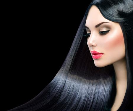 cabello negro: Chica modelo hermosa con el pelo largo y liso y brillante saludable