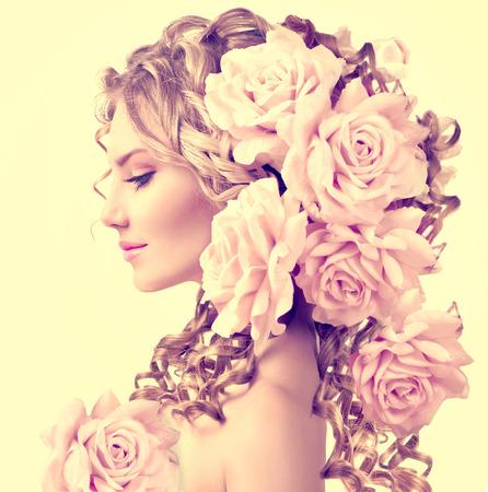 perfil de mujer rostro: Muchacha de la belleza con flores de rosa peinado. El pelo rizado largo con permanente