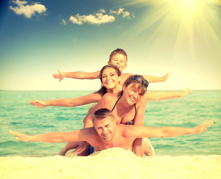 Lycklig familj ha roligt på stranden. Joyful familj