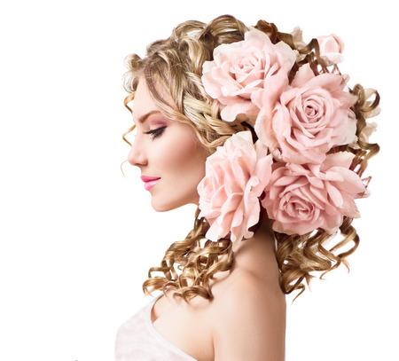 白で隔離されるばら色の花の髪型と美しさの少女