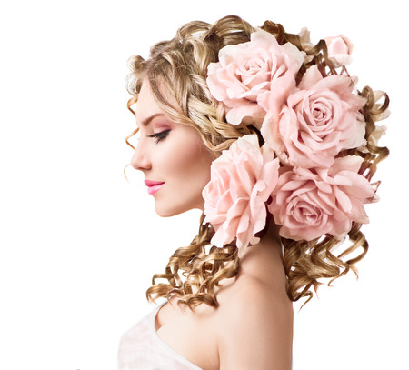 profil: Piękna dziewczyna z kwiatów róży fryzurę wyizolowanych na białym