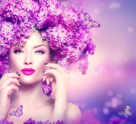 Szépség divatmodell lány lila virágok frizura Stock fotó