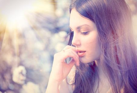 portrét: Letní móda dívka venkovní portrét v kvetoucích stromech