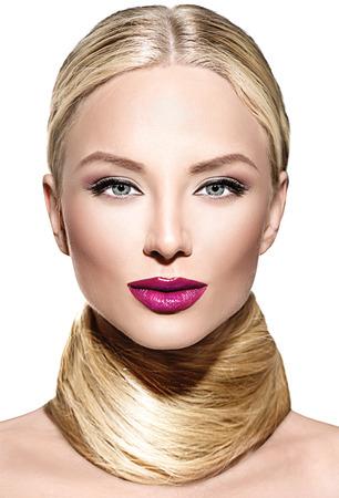 cabello rubio: Mujer hermosa del encanto con el pelo largo recto rubio
