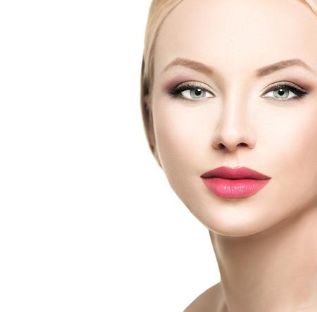 아름 다운 금발 여자의 얼굴을 닫습니다