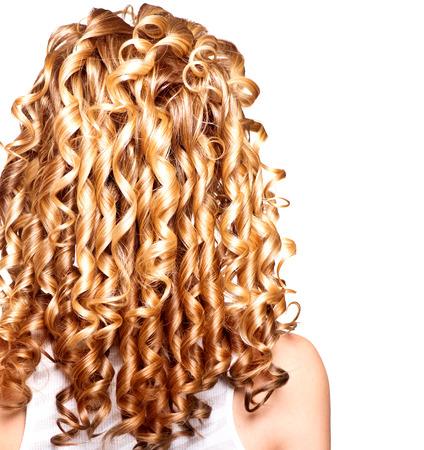 textura pelo: Muchacha de la belleza con el pelo rizado rubio. El pelo largo con permanente Foto de archivo