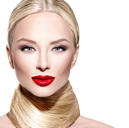 lapiz labial: Mujer hermosa del encanto con el pelo largo recto rubio