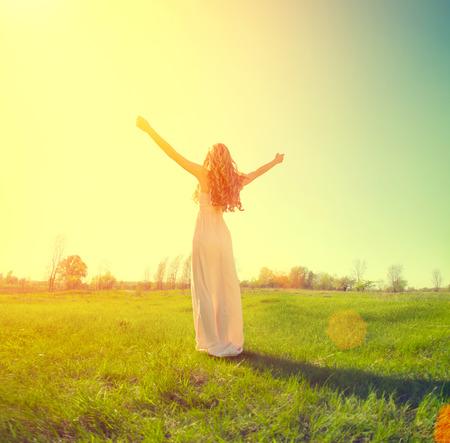mujer alegre: Muchacha de la belleza disfrutando de la naturaleza en el campo