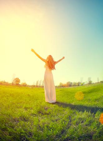 Schoonheid meisje genieten van de natuur op het veld Stockfoto