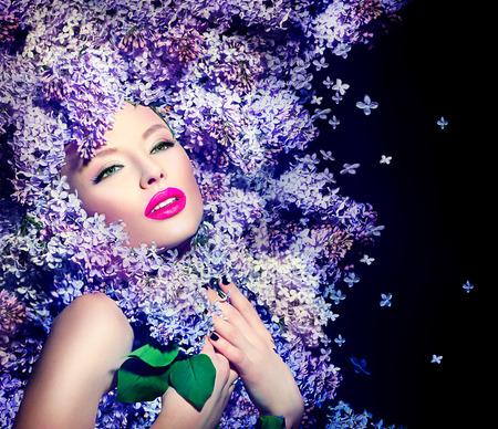 modelos negras: Chica modelo de manera de la belleza con flores lilas peinado