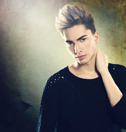 ファッション若いモデル人間の肖像画。ハンサムな男
