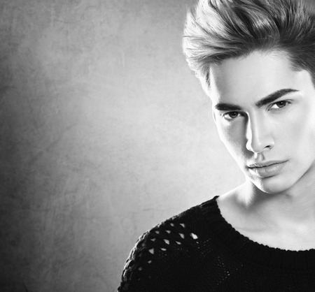 coiffer: Mode homme jeune modèle portrait. Beau mec