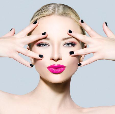 maquillaje de ojos: La muchacha hermosa modelo de moda con el pelo rubio
