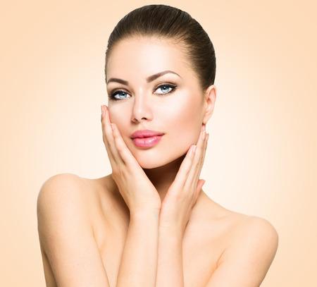 belle brune: Beauty portrait. Belle femme de toucher son visage spa