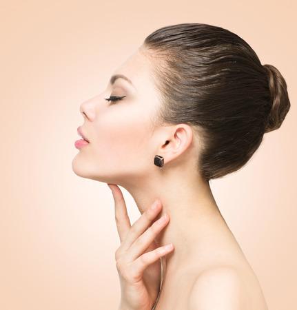 visage profil: Beauty portrait. Belle femme de toucher son visage spa