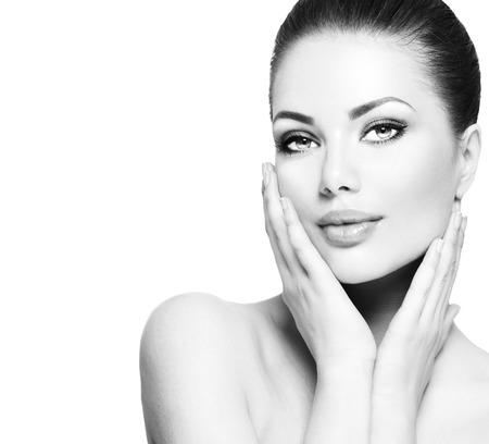 красота: Красивая женщина спа-касаясь ее лицо Фото со стока