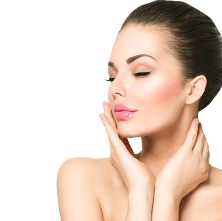 mujeres felices: Retrato de la belleza. Hermosa mujer de spa tocar su cara Foto de archivo