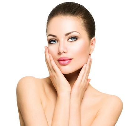tratamientos faciales: Retrato de la belleza. Hermosa mujer de spa tocar su cara Foto de archivo