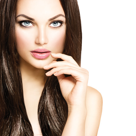 tinte cabello: Chica modelo de la belleza con el pelo castaño sano Foto de archivo